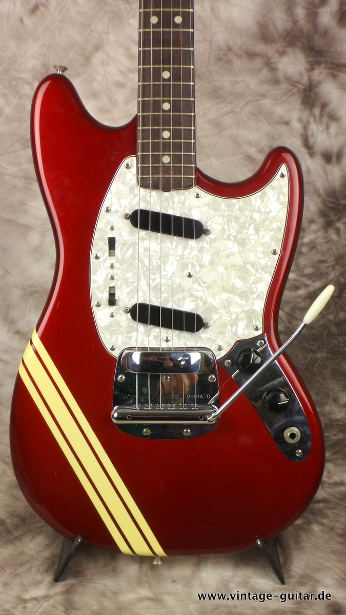 img/vintage/2260/Fender-Mustang-competition-racing-stripe-candy-apple-red-CAR-002.JPG