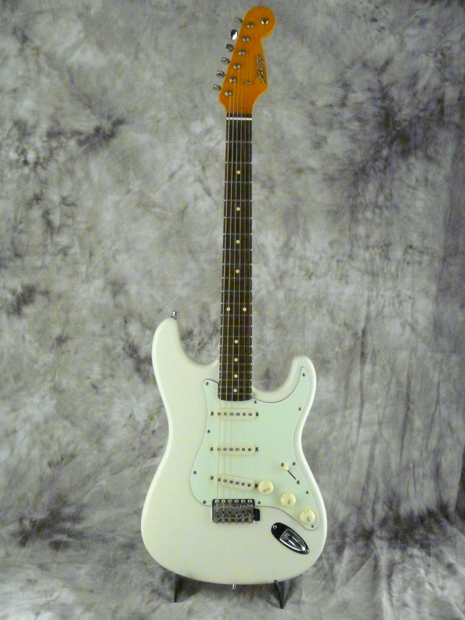 img/vintage/3254/Diego-Stratocaster-1998-olympic-white-001.JPG