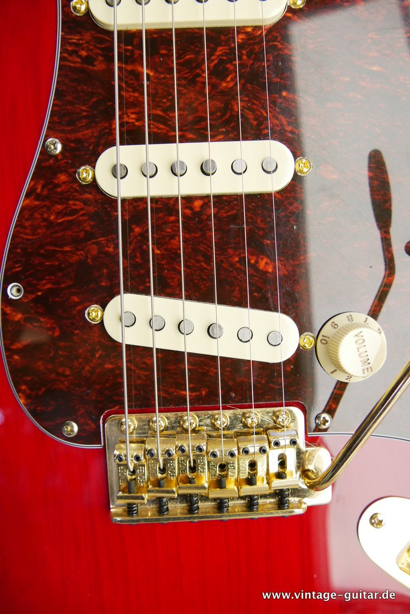 Fender_Stratocaster_Mexico_2013_Crimson_Red_transparent-014.JPG